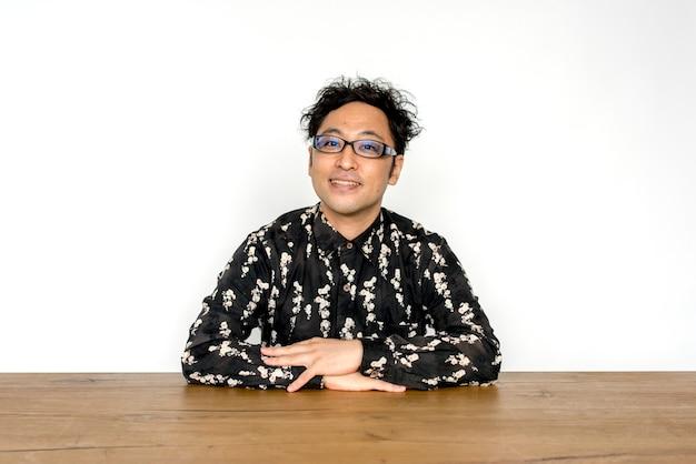 Asiatisches manngesten-porträt-studio