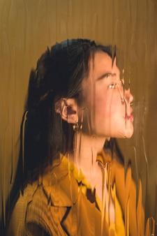 Asiatisches modell, das im studio aufwirft