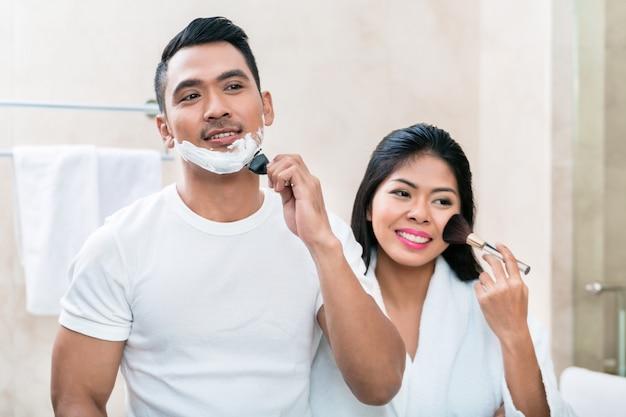Asiatisches morgenpaar im badezimmer