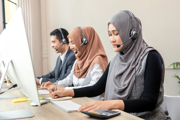 Asiatisches moslemisches call-center-team