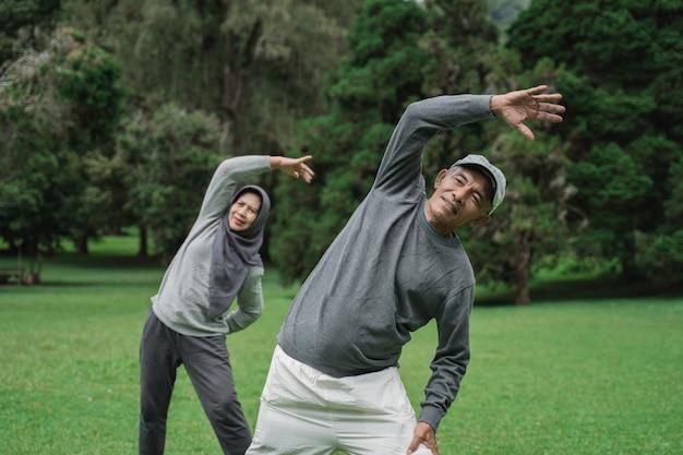 Asiatisches muslimisches älteres paar, das zusammen trainiert