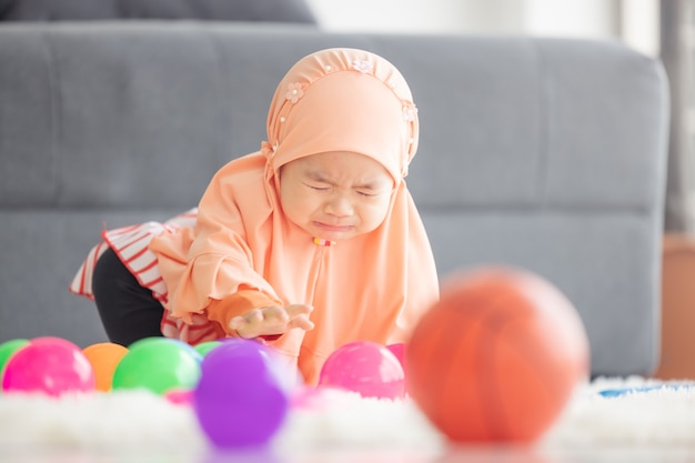 Asiatisches muslimisches baby weint