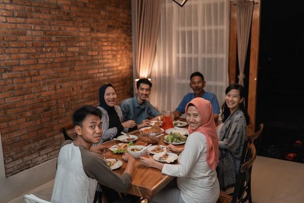 Asiatisches muslimisches familienessen zusammen. fasten brechen