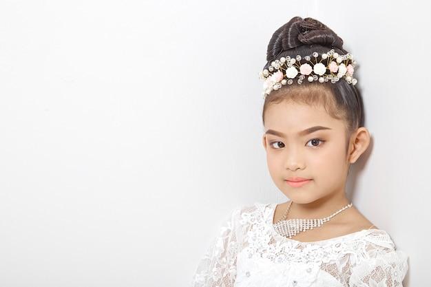 Asiatisches nettes junges mädchen, das eine krone trägt