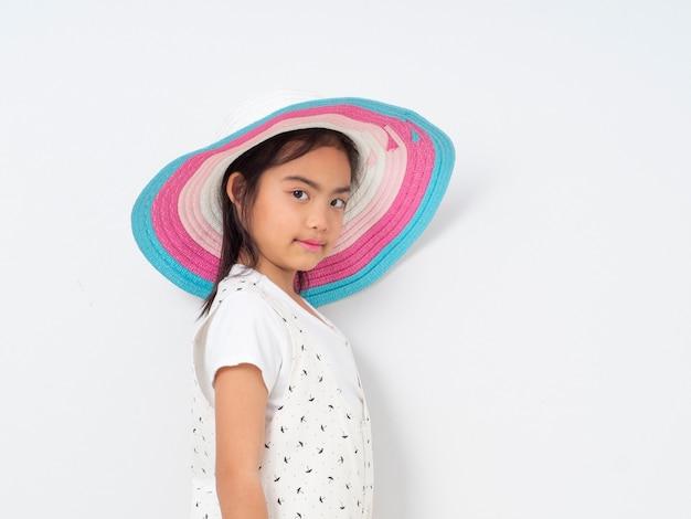 Asiatisches nettes kleines mädchen mit hut
