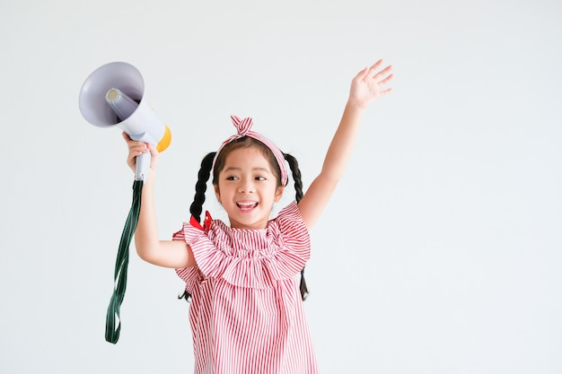 Asiatisches nettes mädchen mit megaphon singend