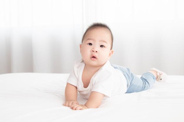 Asiatisches niedliches entzückendes baby gesunder junge gute laune lächelnd lachend auf schlafzimmeraufschwung spielen mit kamera oder mutter, baby kleinkind, kleinkind kindheit weiche haut glücklicher gesichtsausdruck schauende mutter