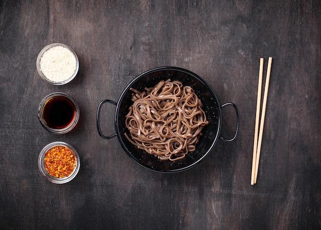 Asiatisches nudelsoba mit verschiedener behandlung