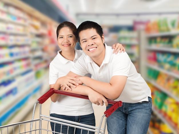 Asiatisches paar beim einkaufen im supermarkt