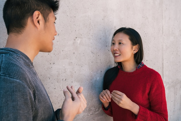Asiatisches paar, das ein gespräch hat.