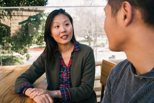 Asiatisches paar, das gute zeit zusammen verbringt.