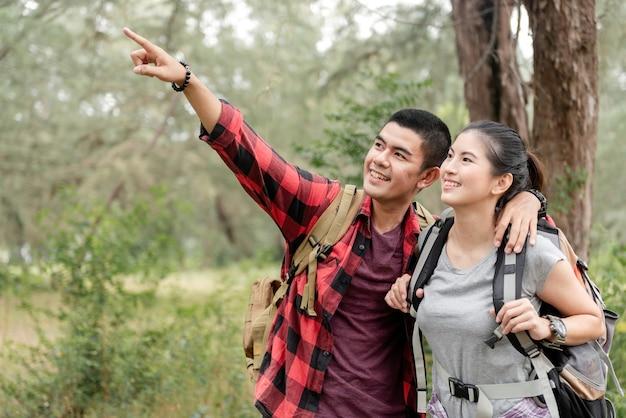 Asiatisches paar, das im wald führt