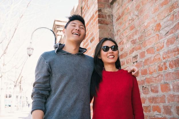 Asiatisches paar, das in der stadt geht.