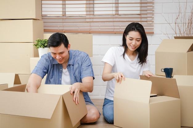 Asiatisches paar, das in ein neues zuhause zieht