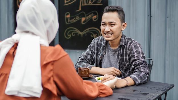 Asiatisches paar happy dating treffen sich im cafe