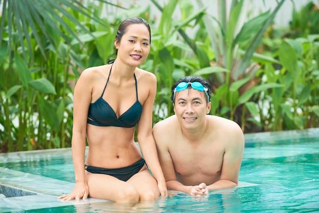 Asiatisches paar im schwimmbad