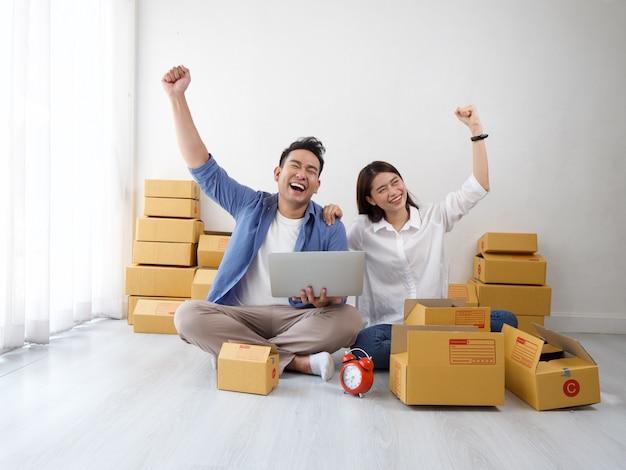 Asiatisches paar online-shopping-geschäft