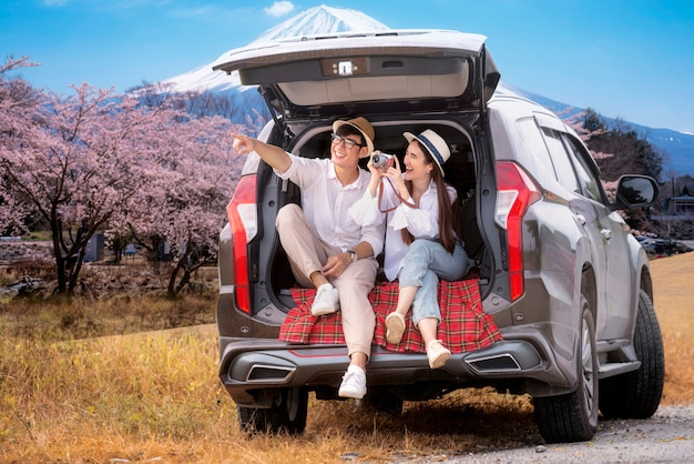 Asiatisches paar reist fuji berg mit geländewagen