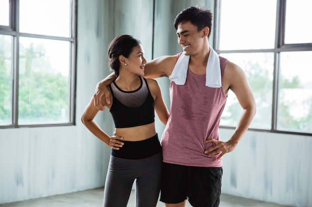 Asiatisches paar sport lachen während der übungspause