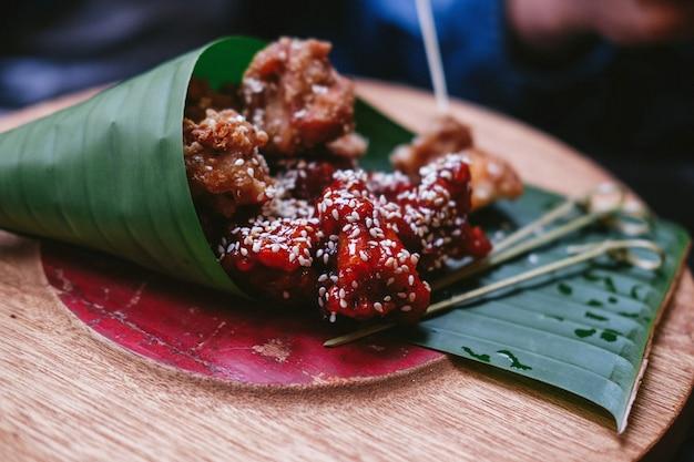 Asiatisches straßenessen auf grünen blättern