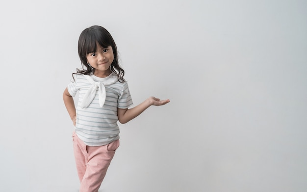 Asiatisches süßes kleines mädchen, das hand zeigt