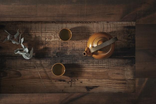Asiatisches teeset auf einem holztisch.