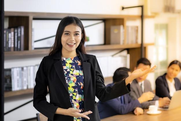 Asiatisches vertrauen geschäftsfrau