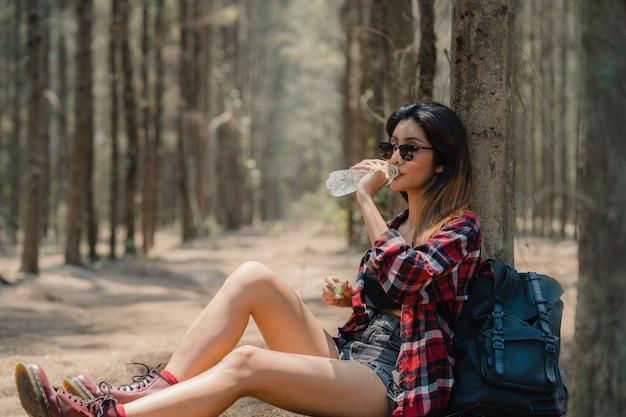 Asiatisches wandererfrauentrekking im wald.
