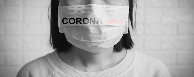 Asien china oder thailändische frau, die gesichtsmaske trägt, um koronavirus zu schützen