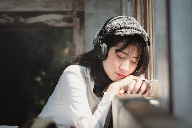 Asien-frau, die musik mit einsam hört.