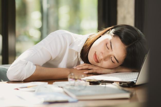Asien-frau entspannen sich vom harten arbeiten.
