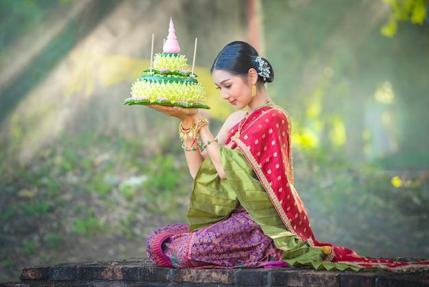 Asien-frau im thailändischen kleid traditionell-noppamas königin-wettbewerb in loy kratong