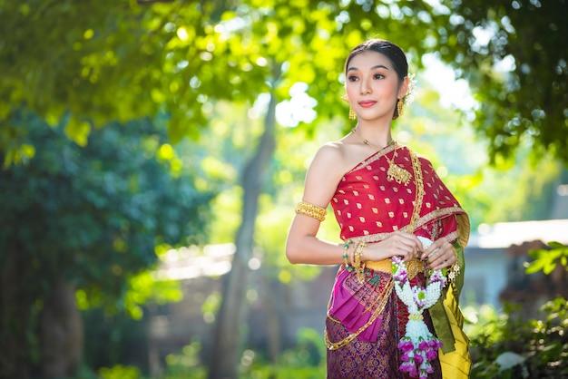 Asien-frau im thailändischen kleid traditionell