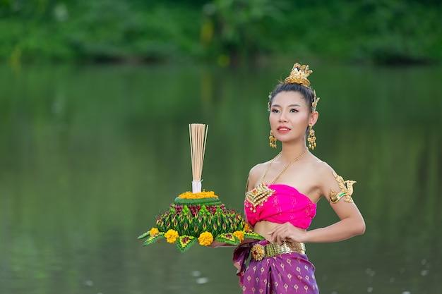 Asien frau in thailändischer kleidung traditionell halten kratong. loy krathong festival