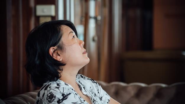 Asien-frauen schauen oben in der caféweinleseart