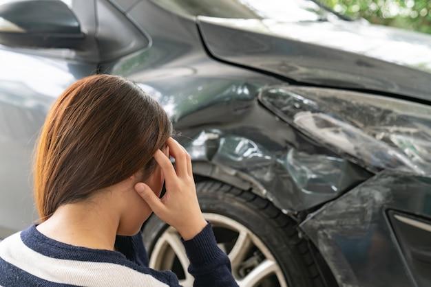 Asien-frauenfahrerfrau vor automobilzusammenstoß-autokollisionsunfall in der stadtstraße.
