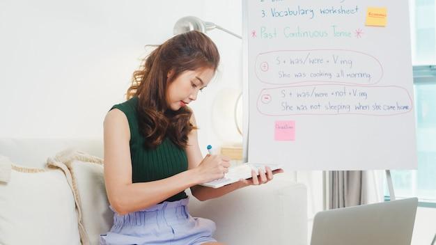 Asien junge englischlehrerin videokonferenz unter berufung auf computer laptop talk per webcam lernen lehren im online-chat. fernunterricht, soziale distanzierung, quarantäne zur vorbeugung von koronaviren.