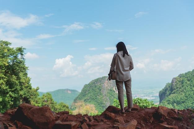 Asien-mädchenstand am bergblick
