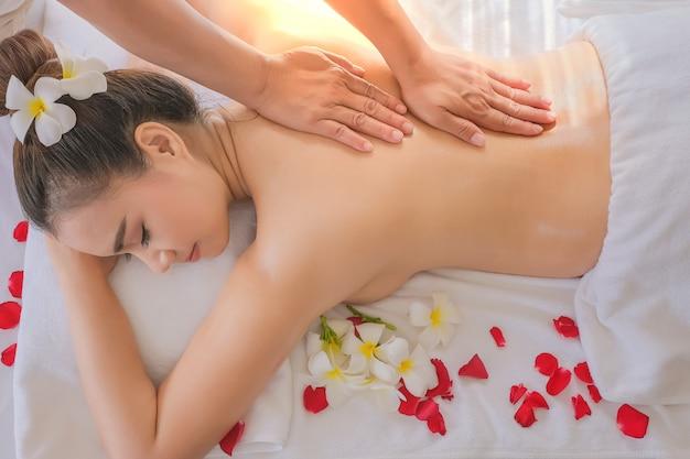 Asien-schönheit während der massage mit ätherischem öl im raumbadekurort thailand