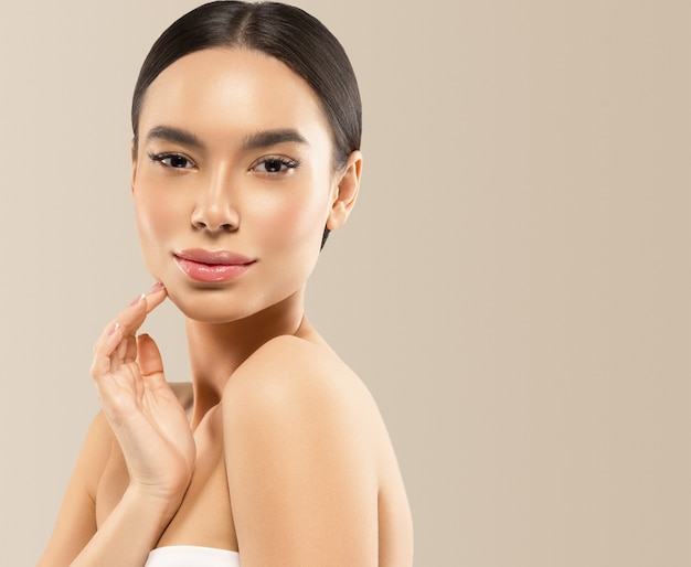 Asien schönheitsfrau gesundes hautgesicht sauberes frisches hautbadekurort. studioaufnahme. farbiger hintergrund.
