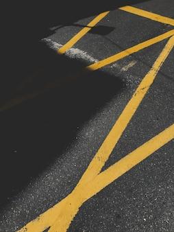 Asphalt mit gelber verkehrsmarkierung