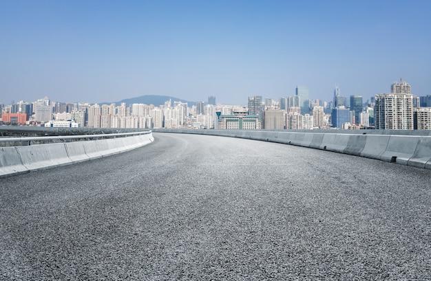 Asphaltboden und städtische architekturlandschaft