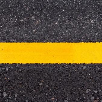 Asphaltfahrbahn mit gelber linie