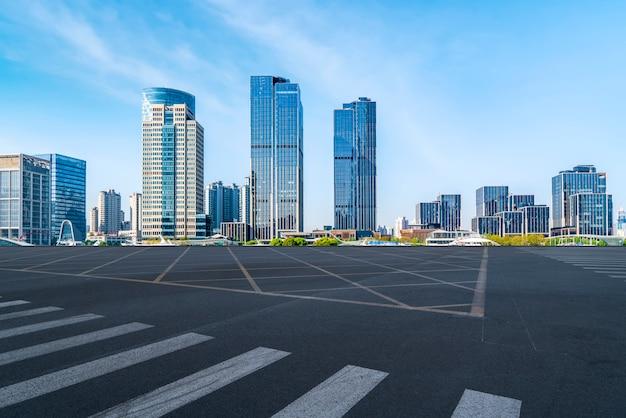 Asphaltieren sie straßenautobahn und bürogebäude des handelsgebäudes in der modernen stadt