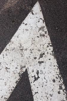 Asphaltierte straße für verkehr und menschen, asphaltierte straße besteht aus bitumen und anderen elementen