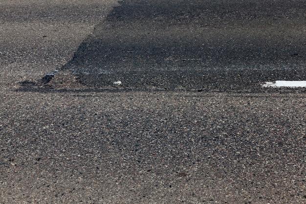 Asphaltierte straße mit weißen fahrbahnmarkierungen für das transportmanagement