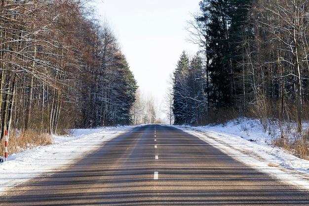 Asphaltierte winterstraße