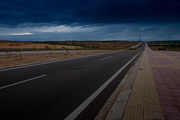 Asphaltstraße durch das dunkelblaue sturmkommen