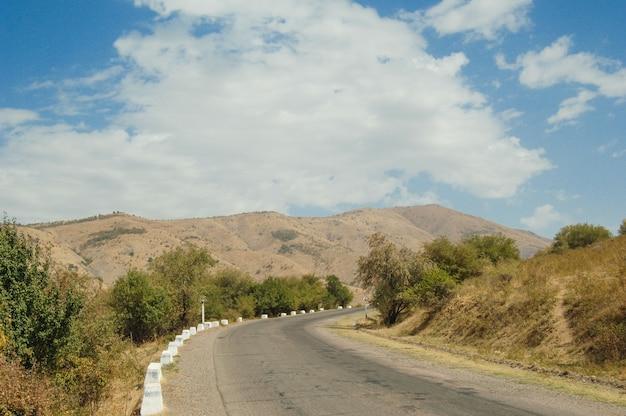 Asphaltstraße in den bergen der landwirtschaftlichen fläche. natur von zentral