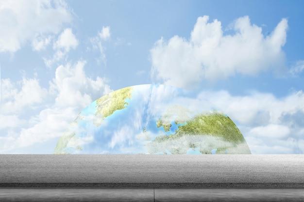 Asphaltstraße mit blauem himmel